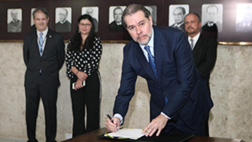 Ministro Dias Toffoli regulamenta teletrabalho no STF e homenageia servidores
